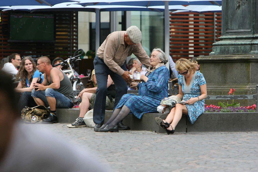 Mit versteckter Kamera nehmen Peter (3.v.r.) und Luise (2.v.r.) junge Leute mit raffinierten Streichen auf die Schippe ... - Bildquelle: ProSieben