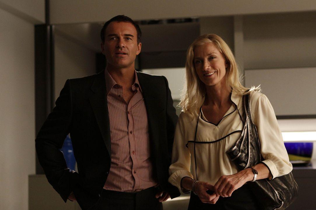 Während Christian (Julian McMahon, l.) versucht Matt zu helfen, muss Julia (Joely Richardson, r.) erkennen, dass der neue Ehemann ihrer Mutter ein... - Bildquelle: Warner Bros. Entertainment Inc. All Rights Reserved.