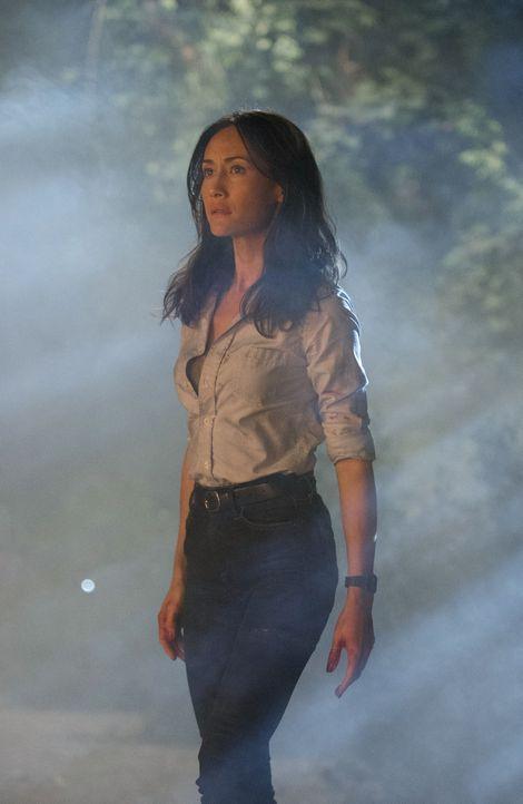Beth's (Maggie Q) Stalker verschleppt sie in eine einsame Hütte im Wald. Während die Kollegen fieberhaft nach ihrer Team-Leiterin suchen, gelingt es... - Bildquelle: Warner Bros. Entertainment, Inc.