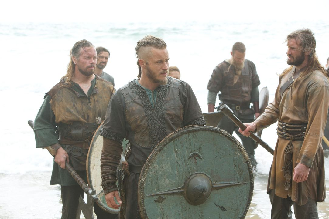Machen sich auf, den Engländern zu zeigen, was ein echtes Nordlicht ist: die Brüder Ragnar (Travis Fimmel, 2.v.l.) und Rollo Lothbrok (Clive Standen... - Bildquelle: 2013 TM TELEVISION PRODUCTIONS LIMITED/T5 VIKINGS PRODUCTIONS INC. ALL RIGHTS RESERVED.