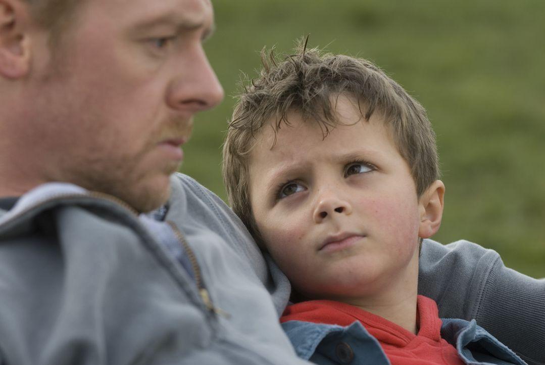 Gelingt es Dennis (Simon Pegg, l.), das Herz der Mutter seines Sohnes (Matthew Fenton, r.) zurückzugewinnen? - Bildquelle: 2008 Warner Brothers