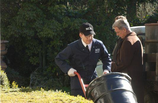 Navy CIS - Noch ahnt Gibbs (Mark Harmon, r.) nicht, was in den Fässern ist, d...