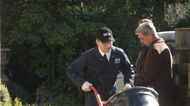Noch ahnt Gibbs (Mark Harmon, r.) nicht, was in den Fässern ist, die von Jimm...