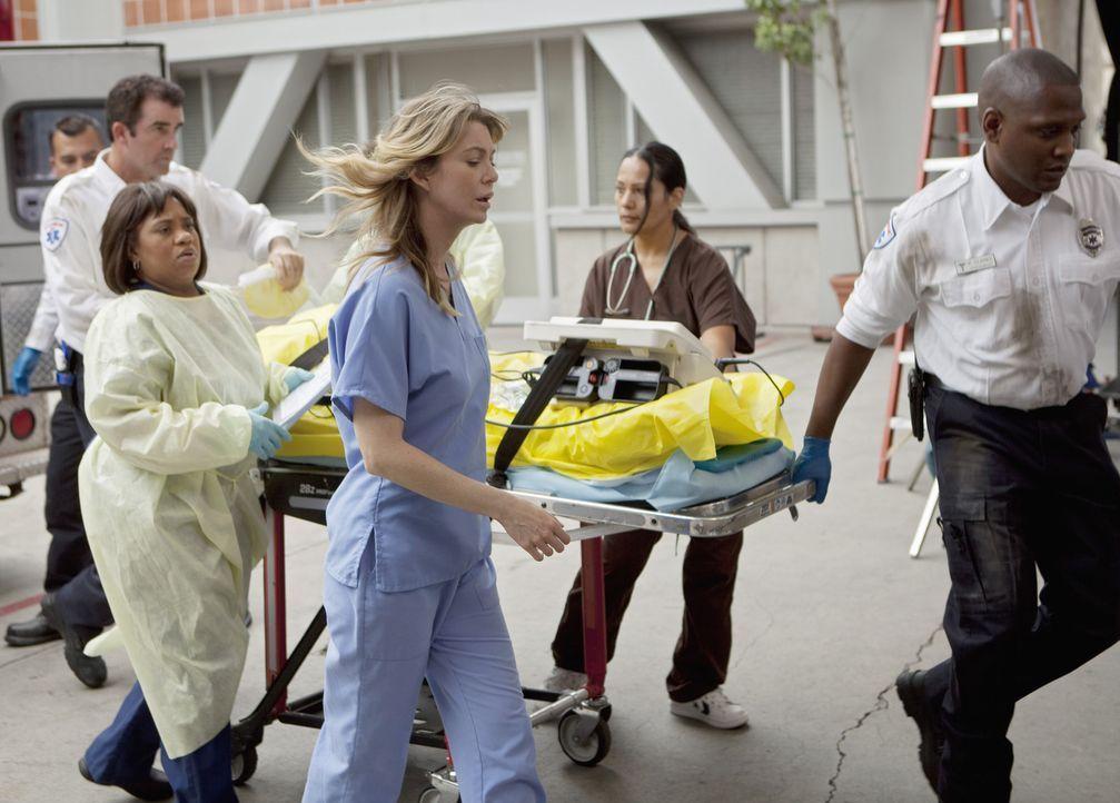 In Seattle tut sich plötzlich ein Erdloch auf, in dem mehrere Menschen verschwinden. Bailey (Chandra Wilson, 3.v.l.) und Meredith (Ellen Pompeo, 3.... - Bildquelle: ABC Studios