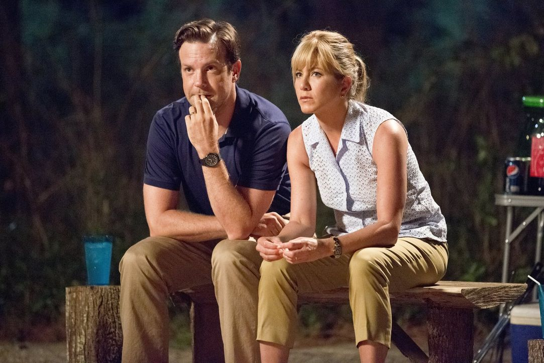 Als ihr Wohnmobil, vollgestopft mit zwei Tonnen Marihuana, den Geist aufgibt, werden die Millers (Jason Sudeikis, l., Jennifer Aniston, r.) ausgerec... - Bildquelle: 2013 Warner Brothers.  All rights reserved.