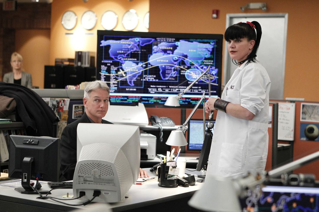 Ein neuer Fall wartet auf Gibbs (Mark Harmon, l.) und Abby (Pauley Perrette, r.) ... - Bildquelle: CBS Television