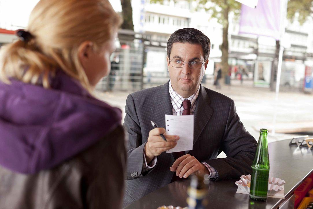 Während sich Danni (Annette Frier, l.) mit ihren Steuerprüfer Herr Schüttke (Batsian Pastewka, r.) rumschlagen muss, wartet Nils mit einer Neuigk... - Bildquelle: SAT.1