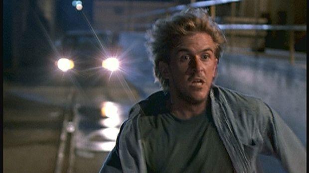 Jesse (Charlie Schlatter) flüchtet in Todesangst vor einigen Leuten, die soeb...