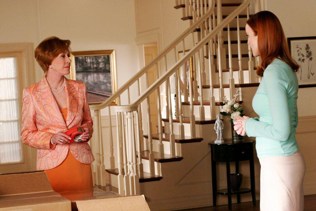 Bree (Marcia Cross, r.) erfährt, dass Henry und Eleanor (Carol Burnett, l.) Andrew auf seinen Wunsch mit zu ihnen nach Rhode Island nehmen wollen. S... - Bildquelle: 2005 Touchstone Television  All Rights Reserved