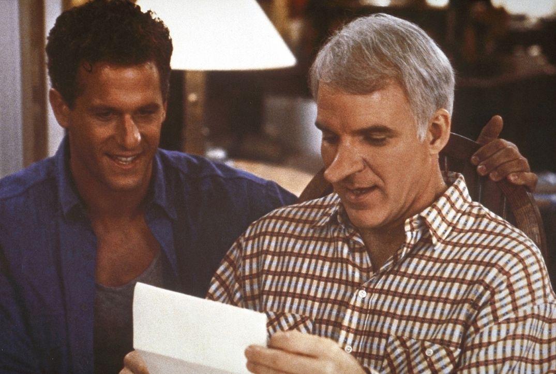 Der gutmütige C. D. Bales (Steve Martin, r.) schreibt im Namen des attraktiven, aber etwas minderbemittelten Chris (Rick Rossovich, l.) glühende L... - Bildquelle: Copyright   1987 Columbia Pictures Industries, Inc. All Rights Reserved.