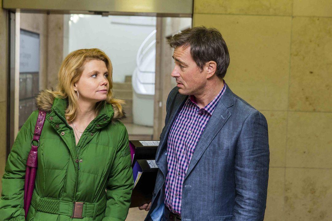 Bei den Ermittlungen in einem neuen Fall trifft Danni (Annette Frier, l.) ihren alten Bekannten Olli Schmidt (Jan Sosniok, r.) wieder ... - Bildquelle: Frank Dicks SAT.1