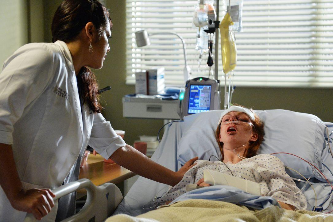 Die Patientin Melissa (Meg Chambers, r.) ist total aufgeregt. Sie fragt Callie (Sara Ramirez, l.) ständig nach ihrem gestohlenen Auto, als sich um i... - Bildquelle: ABC Studios