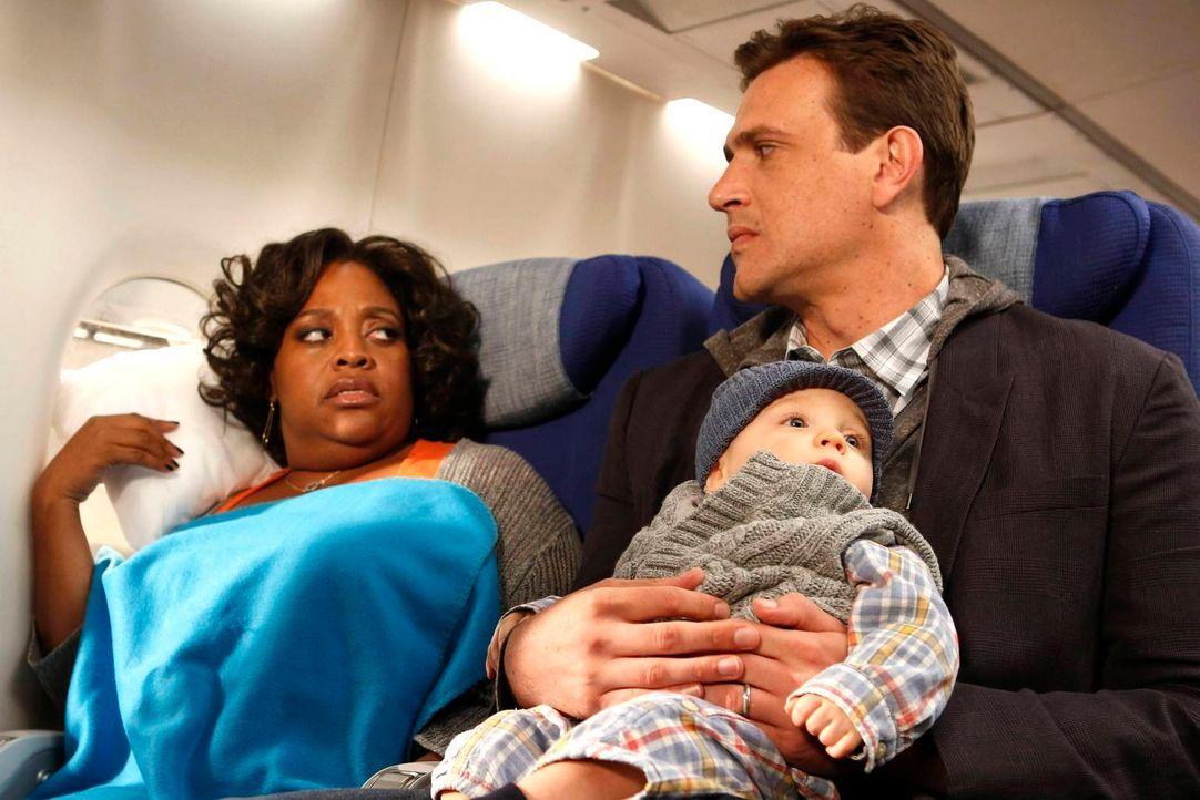 Kurz vor ihrer Hochzeit machen Barney und Robin eine erschreckende Entdeckung, während Marshall (Jason Segel, r.) sich im Flieger mit Daphne (Sherri... - Bildquelle: 2013 Twentieth Century Fox Film Corporation. All rights reserved.