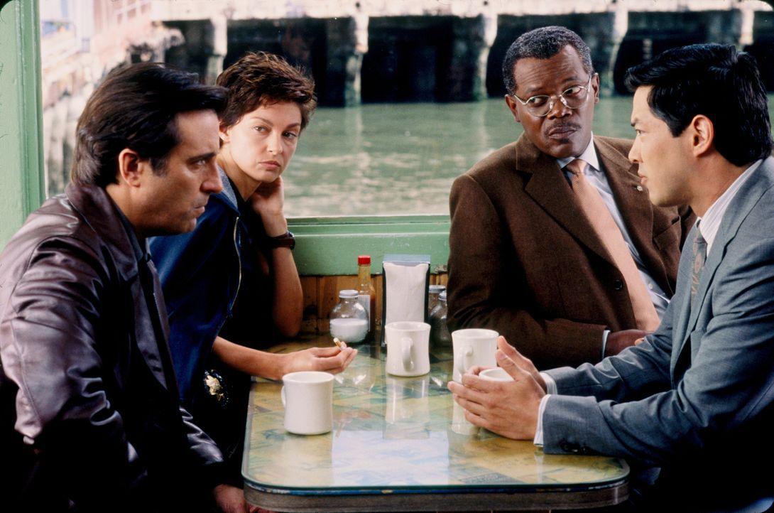 Während der Ermittlungen zu mehreren mysteriösen Mordfällen wird die Polizistin Jessica Shepard (Ashley Judd, 2.v.l.) plötzlich selbst zur Hauptverd... - Bildquelle: Paramount Pictures