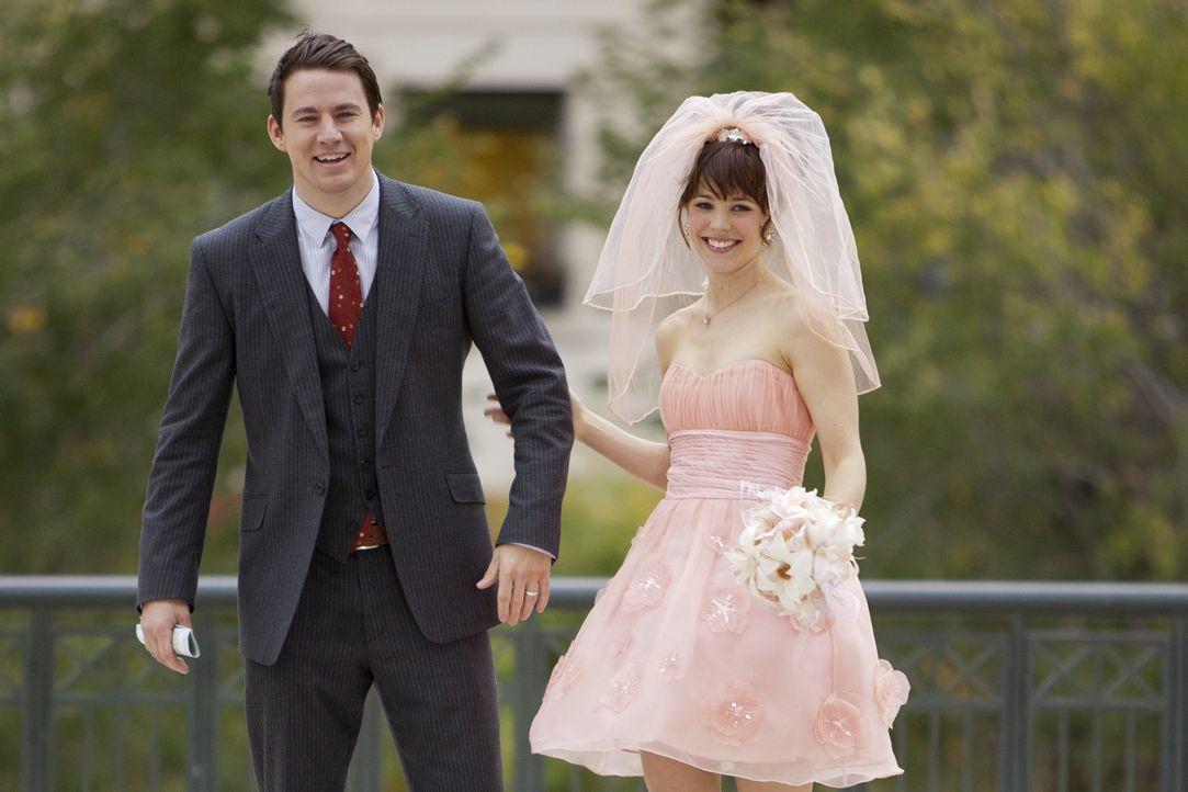 Verliebt, verlobt, verheiratet: Das junge Paar Paige (Rachel McAdams, r.) und Leo (Channing Tatum, l.) schwebt nach seiner Hochzeit im siebenten Him... - Bildquelle: Kerry Hayes 2010 Vow Productions, LLC. All rights reserved.