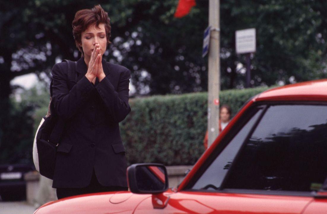 """Himmlische Waffen: Um Angela (Aglaia Szyszkowitz) für die """"Himmelszentrale für Liebe"""" zu gewinnen, setzen die Liebesengel ihren roten Sportwagen ein ..."""