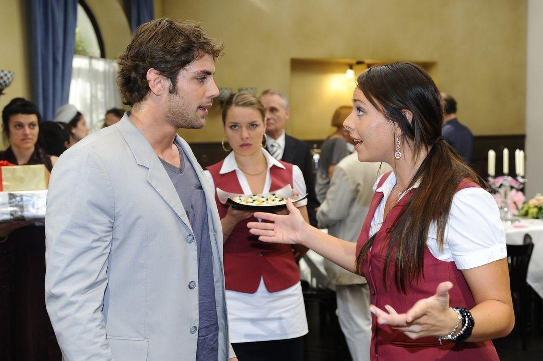 Entsetzt erfährt Jonas (Roy Peter Link, l.) von Paloma (Maja Maneiro, r.), dass Anna kurz davor ist, nach Los Angeles zu fliegen ... - Bildquelle: Sat.1
