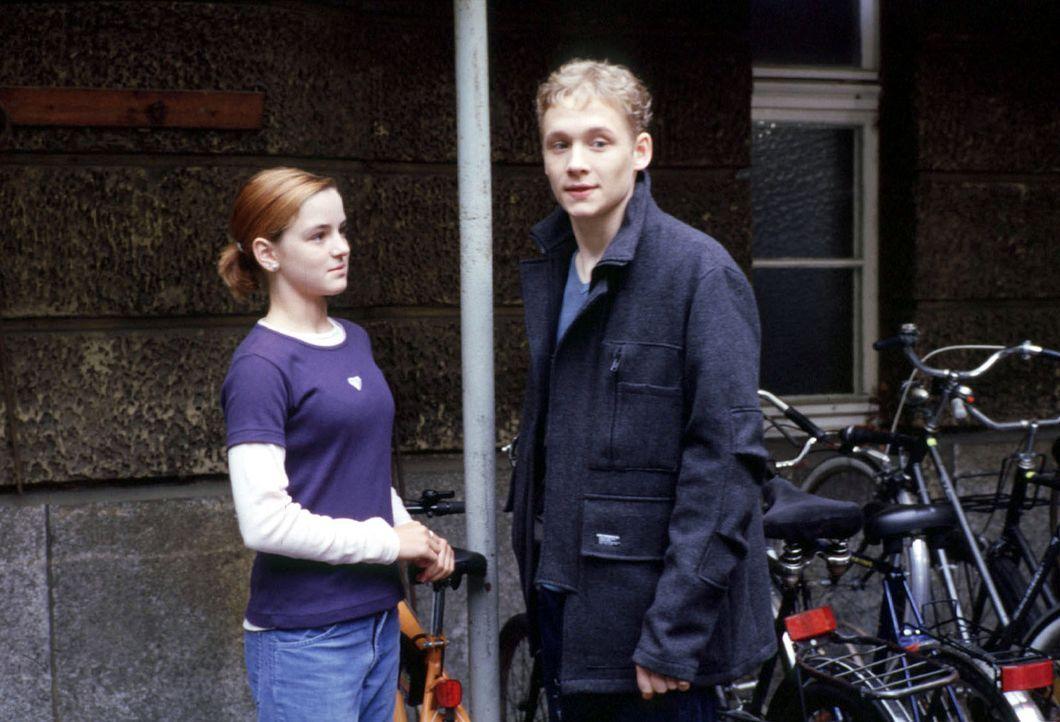 Katharinas Tochter Jule (Laura-Charlotte Syniawa, l.) hat sich in Ben (Matthias Schweighöfer, r.) verliebt ... - Bildquelle: Alfred Raschke Sat.1