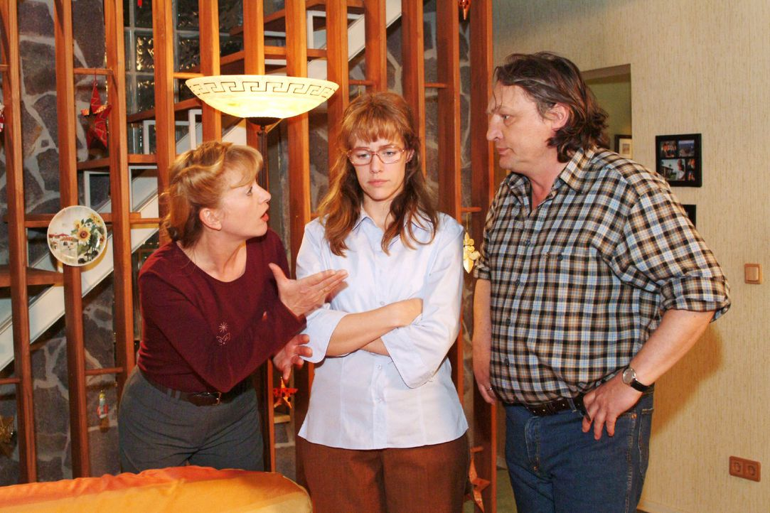 Helga (Ulrike Mai, l.) versteht nicht, was mit Lisa (Alexandra Neldel, M.) los ist und will, dass sie sich für ihr Verhalten bei Max entschuldigt. B... - Bildquelle: Monika Schürle Sat.1