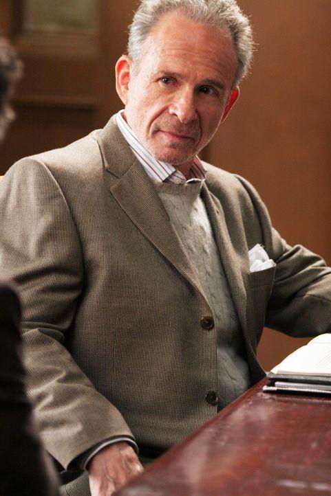 Ist für die Buchhaltung in Williams Lebensmittelfirma zuständig: Noras Bruder Saul (Ron Rifkin) ... - Bildquelle: Disney - ABC International Television