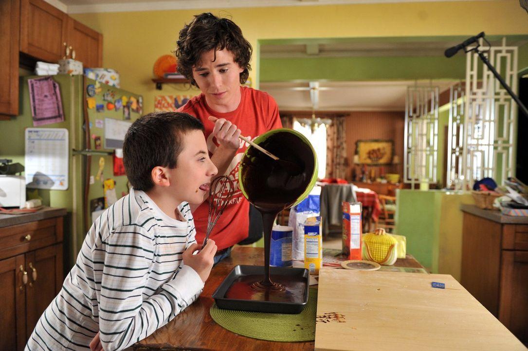 Nachdem Axl (Charlie McDermott, r.) unbeabsichtigt Bricks (Atticus Shaffer, l.) Schulprojekt, eine Teig-Karte von Indiana, gegessen hat, sind beide... - Bildquelle: Warner Brothers