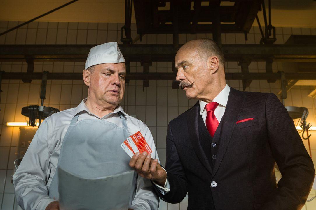 Hat immer kleine Motivationshilfen für den Gefängnisdirektor Ludwig Moser (Heiner Lauterbach, r.), die Wärter und die anderen Insassen in petto: Udo... - Bildquelle: Arvid Uhlig SAT.1