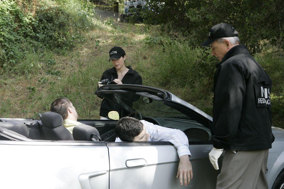Zwei Navy Lieutnants werden von einem Mann getötet, der sich als Polizist ausgegeben hatte. Kate (Sasha Alexander, 2.v.l.) und Gibbs (Mark Harmon, r... - Bildquelle: CBS Television