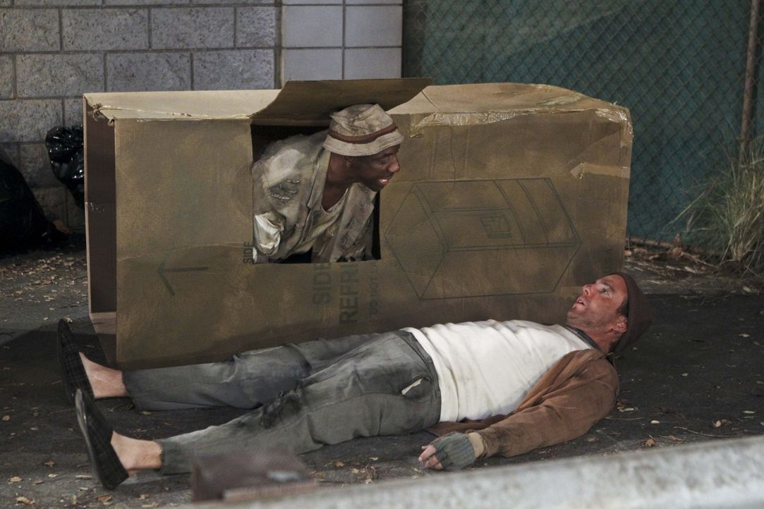 Für eine Reportage über entführte Obdachlose recherchieren Ray (J.B. Smoove, l.) und Nathan (Will Arnett, r.) undercover ... - Bildquelle: 2013 CBS Broadcasting, Inc. All Rights Reserved.