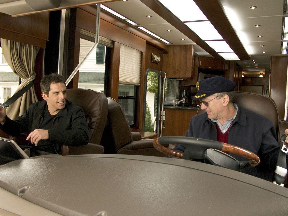 Nachdem Greg Focker (Ben Stiller, l.) als potenzieller Schwiegersohn bereits von allen Seiten von Jack Byrnes (Robert De Niro, r.), durchleuchtet wu... - Bildquelle: DreamWorks SKG