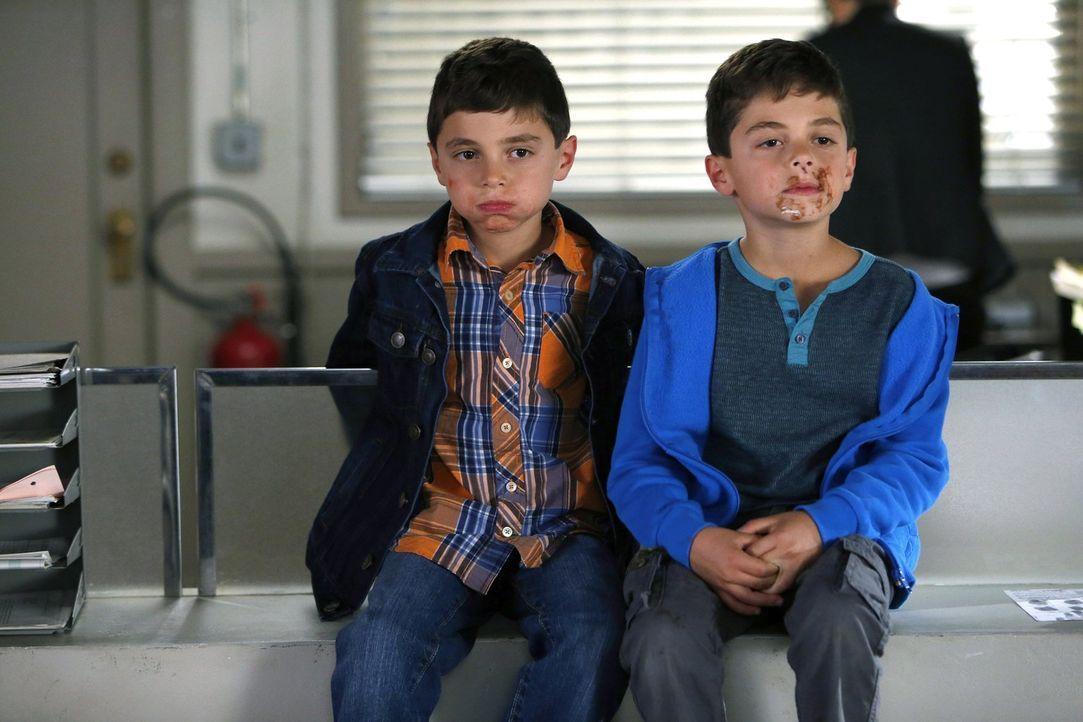 Machen es ihrer Mutter nicht immer leicht: Harrison (Vincent Reina, l.) und Nicholas (Charlie Reina, r.) ... - Bildquelle: Warner Bros. Entertainment, Inc.