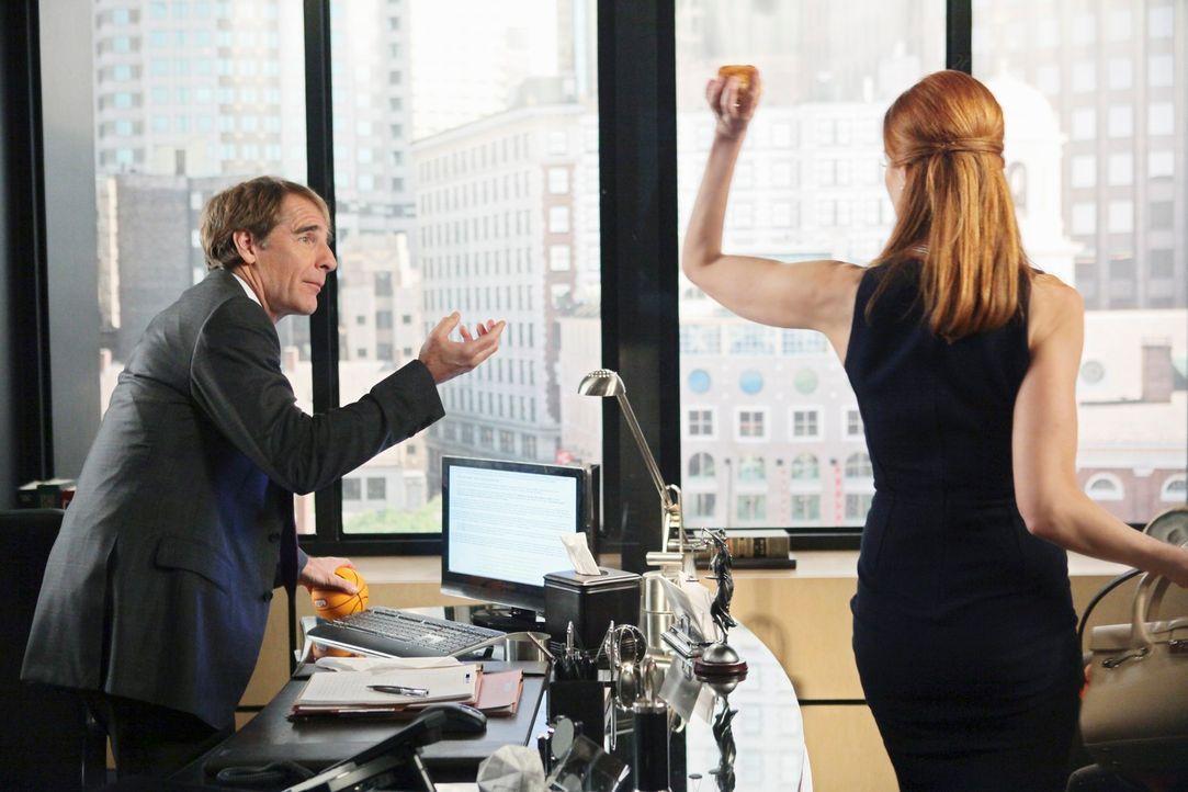 Mit allen Mitteln versucht Bree (Marcia Cross, r.) den Anwalt Trip Weston (Scott Bakula, l.) für sich zu gewinnen. Doch wird er den Fall annehmen? - Bildquelle: ABC Studios