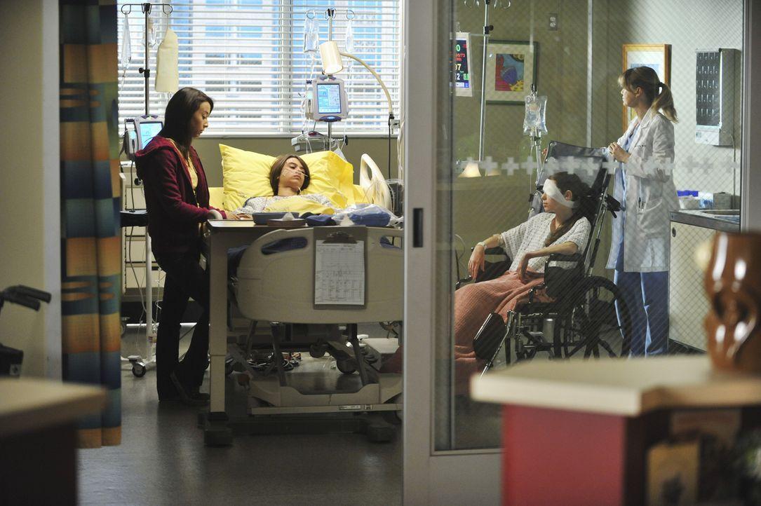 Nach dem schrecklichen Unfall versuchen Alex und Meredith (Ellen Pompeo, r.) nach Kräften, der verletzten Familie zu helfen: Lily (Stella Maeve, l.)... - Bildquelle: ABC Studios
