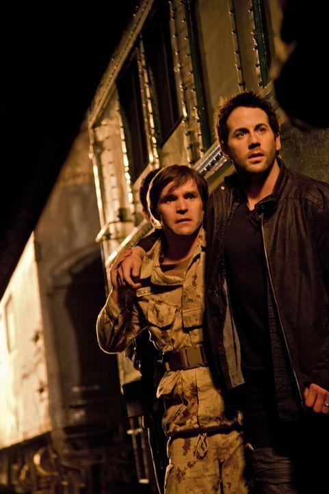Im Kampf gegen mysteriöse Urzeitwesen: Ken (Geoff Gustafson, l.) und Evan (Niall Matter, r.) ... - Bildquelle: Bettina Strauss