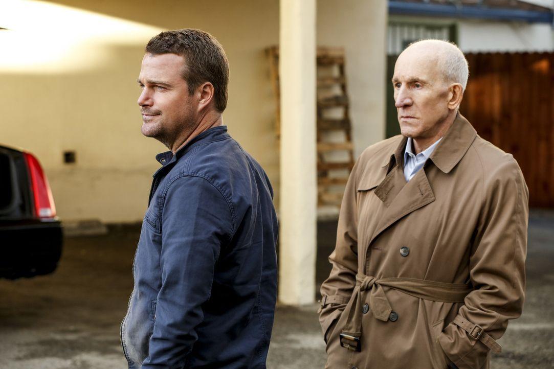 Während das Team einem Hochstaplerpaar auf die Schliche kommt, konfrontiert Callen (Chris O'Donnell, l.) seinen Vater Garrison (Daniel J. Travanti,... - Bildquelle: 2017 CBS Broadcasting, Inc. All Rights Reserved.