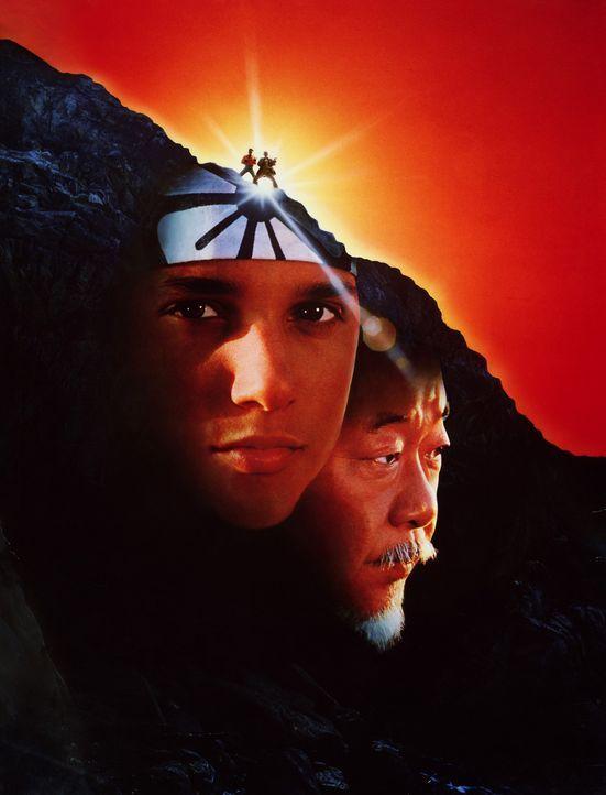 """Daniel (Ralph Macchio, l.), der dank des ungewöhnlichen Trainings seinen weisen Lehrers Myagi (Noriyuki """"Pat"""" Morita, r.) zum Karate-Meister aufges... - Bildquelle: Columbia Pictures"""