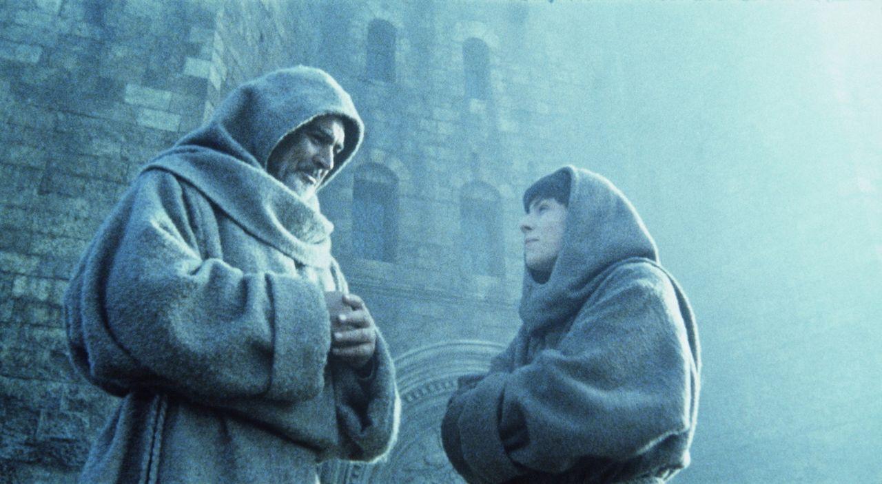 William (Sean Connery, l.) und Adson (Christian Slater, r.) erhalten vom Abt den Auftrag, den mysteriösen Tod eines jungen Mönchs zu untersuchen ... - Bildquelle: Constantin Film