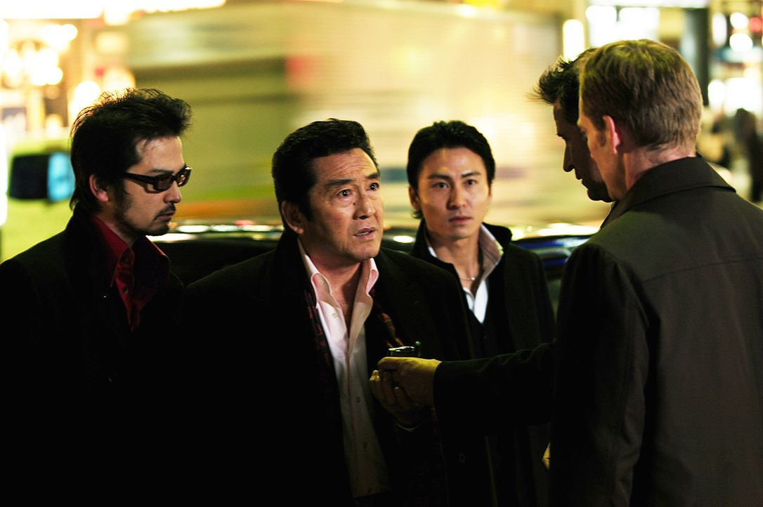 Bei seinen Ermittlungen stößt Jack (Anthony LaPaglia, r.) auf Asakawa (Hiroki Matsukata, 2.v.l.) ... - Bildquelle: Warner Bros. Entertainment Inc.