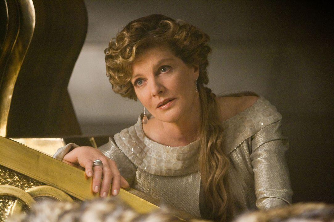 Während Königin Frigga (Rene Russo) am Bett ihres Mannes wacht, vertraut sie das Königreich gutgläubig ihrem Sohn Loki an ... - Bildquelle: 2011 MVLFFLLC. TM &   2011 Marvel. All Rights Reserved.