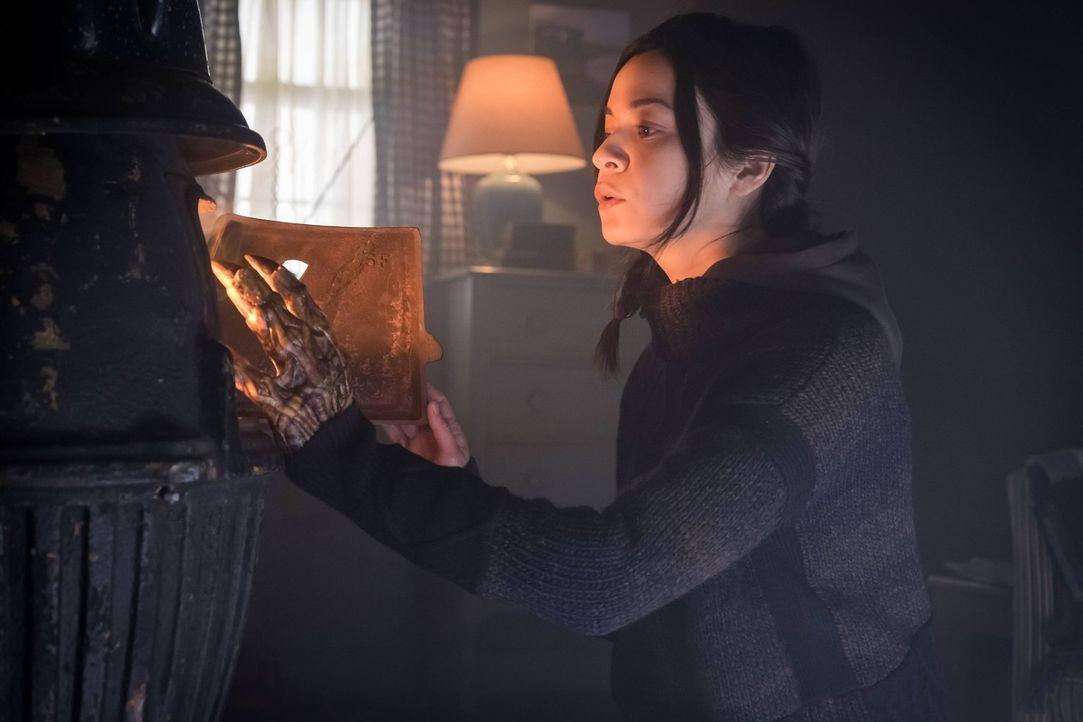 Kann Karen Jennings (Julia Ross) Bruce bei der Suche nach dem Mörder seiner Eltern weiterhelfen? - Bildquelle: Warner Brothers