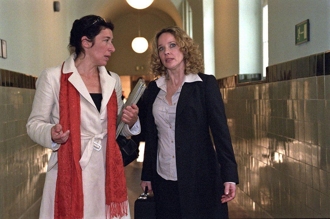Mit Hilfe eines nicht ganz fairen Winkelzuges überzeugt Sabina (Ann-Kathrin Kramer, r.) schließlich die Richterin Wienhold (Adele Neuhauser, l.), di... - Bildquelle: Sat.1