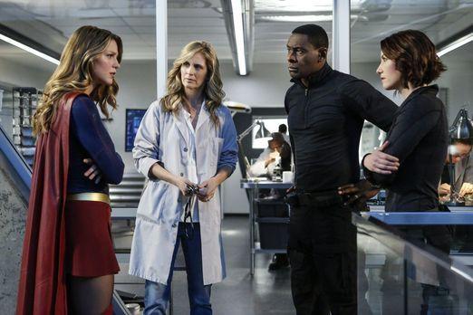 Supergirl - Supergirl (Melissa Benoist, l.), Hank (David Harewood, 2.v.r.) un...