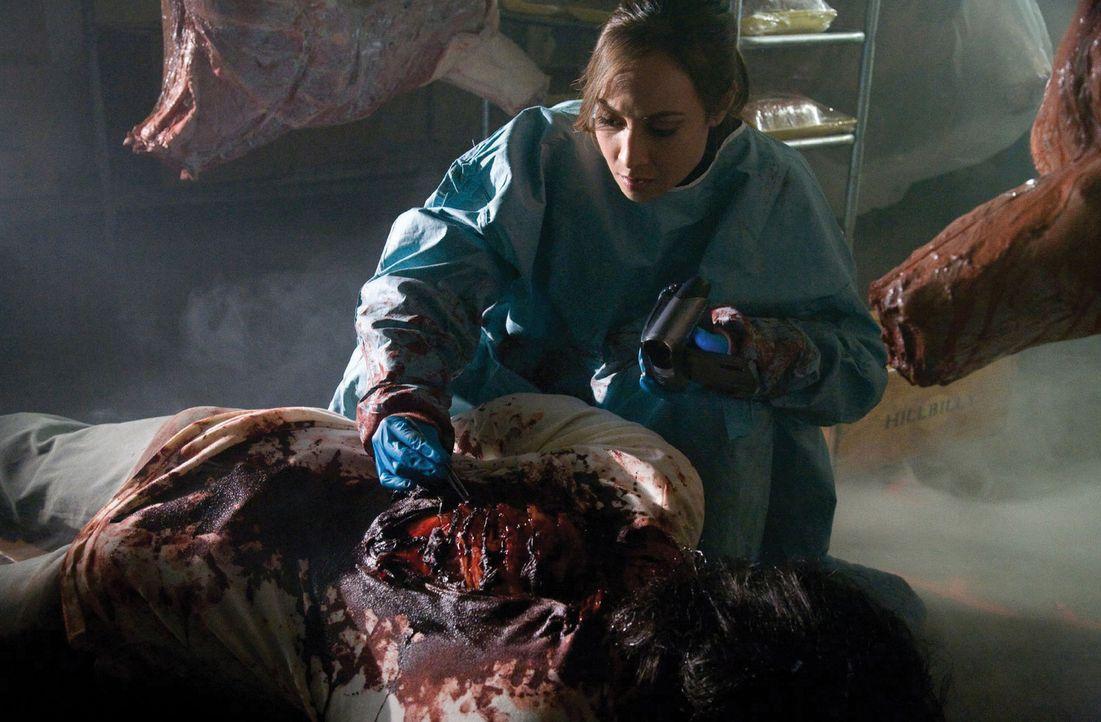 Frisches Gemüse im ersten Gang, frische Leichen im ganzen Laden. Im Supermarkt von Hastings untersucht Sterling (Courtney Ford) die ersten Opfer ein... - Bildquelle: 2007 Warner Bros. Entertainment INC.