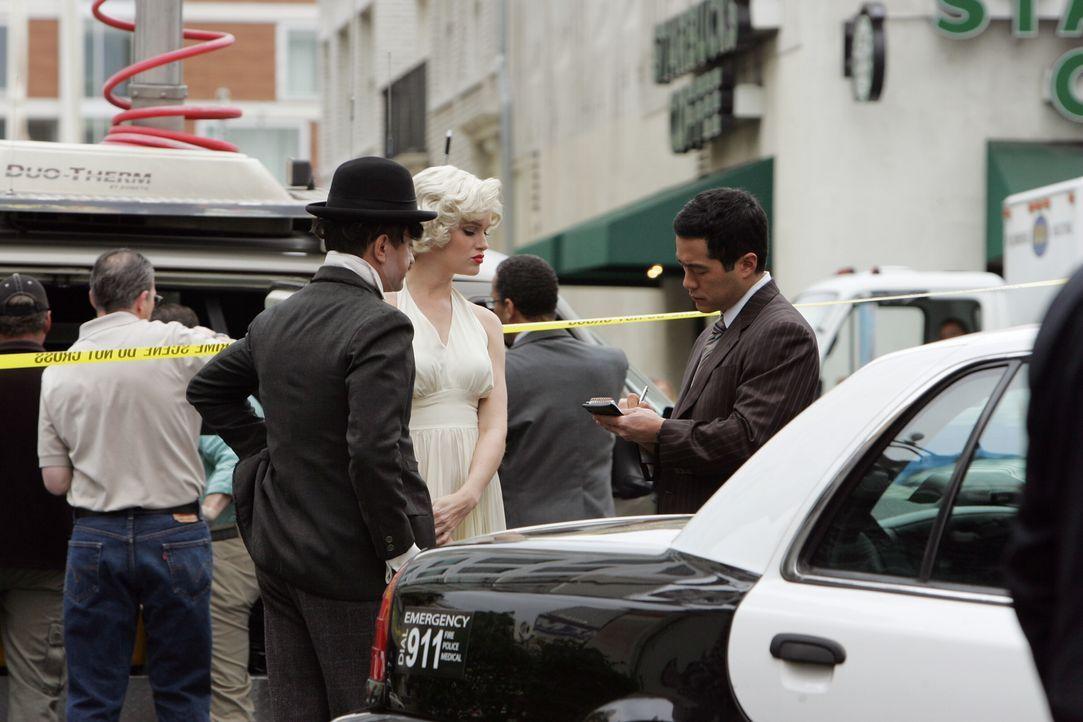 Die Ermittlungen im Fall Felix Hanson laufen auf Hochtouren: Kendall (Tim Kang, r.) nimmt sich die Schauspieler Charlie Chaplin (Ravil Isyanov, l.)... - Bildquelle: Warner Bros. Television