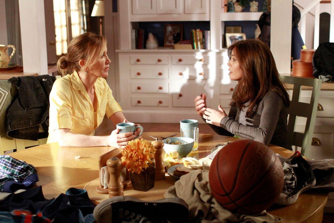 Während Lynette (Felicity Huffman, l.) sauer auf ihre Söhne ist, die wieder bei ihr einziehen wollen, findet Susan (Teri Hatcher, r.) heraus, wer de... - Bildquelle: Touchstone Pictures