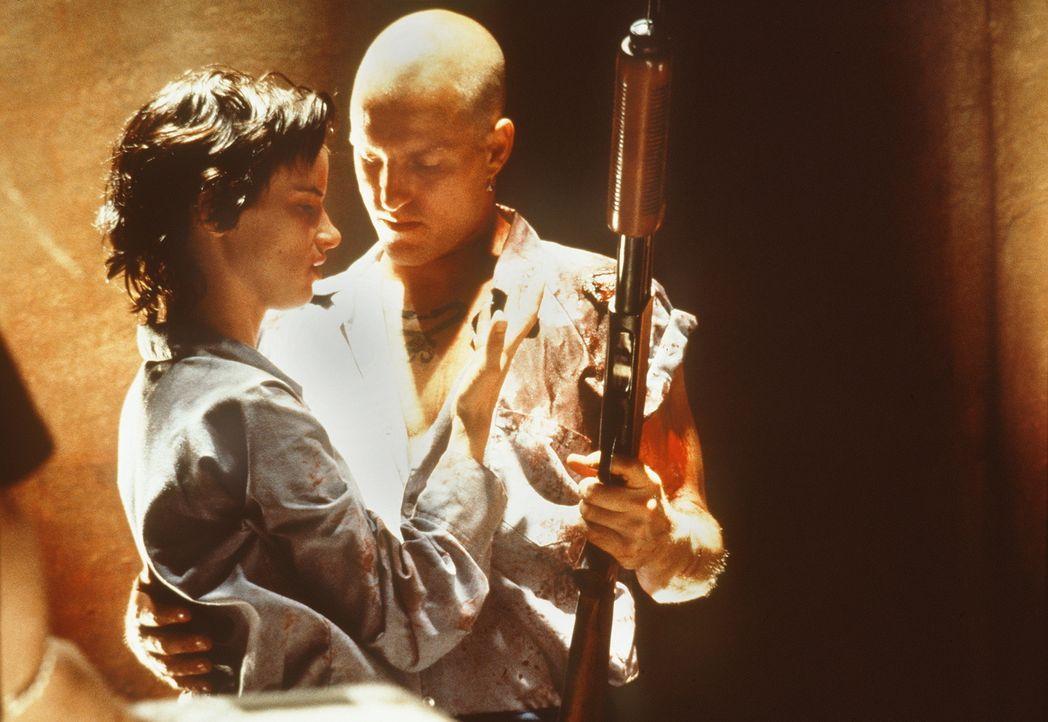Gnadenlos: Mickey (Woody Harrelson, l.) und Mallory (Juliette Lewis, r.) ... - Bildquelle: Warner Bros.