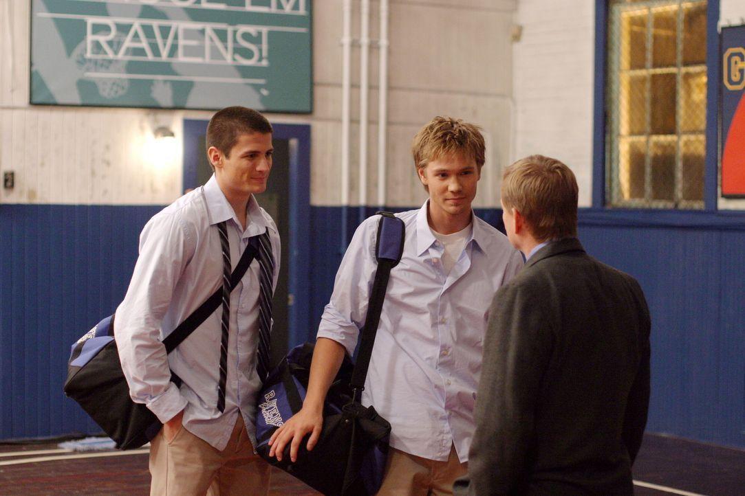 Coach Whitey will Nathan (James Lafferty, l.) und Lucas (Chad Michael Murray, M.) endlich wieder einmal gewinnen sehen ... - Bildquelle: Warner Bros. Pictures