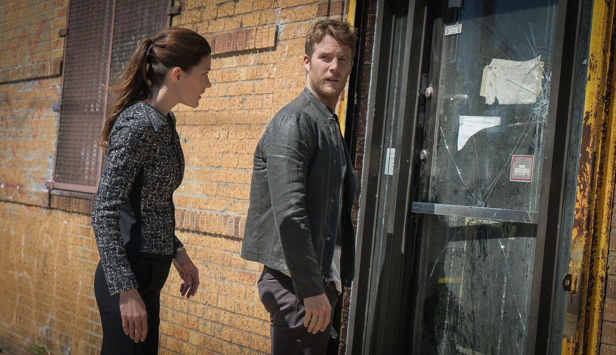 Bei den Ermittlungen in einem neuen Fall: Brian (Jake McDorman, r.) und Rebecca (Jennifer Carpenter, l.) ... - Bildquelle: 2015 CBS Broadcasting, Inc. All Rights Reserved