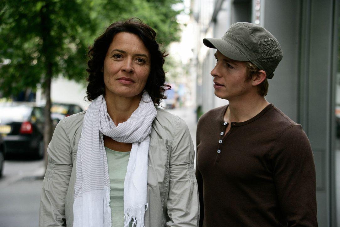 Vom Ehemann betrogen und verlassen, ganz auf sich allein gestellt, da wird Silke (Ulrike Folkerts, l.) endlich schwanger - von Felix (Daniel Roesner... - Bildquelle: Sat.1