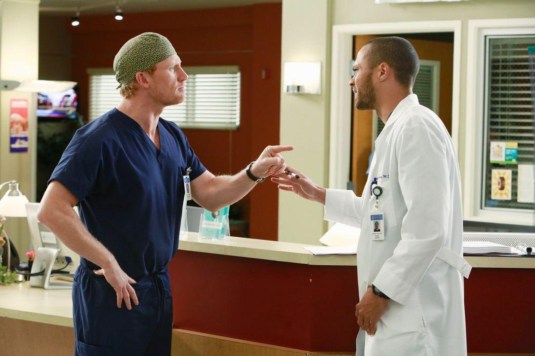 Jackson (Jesse Williams, r.) soll die Chefposition übernehmen. Owen (Kevin McKidd, l.) ist alles andere als begeistert. Der Streit droht aus den Fug... - Bildquelle: ABC Studios