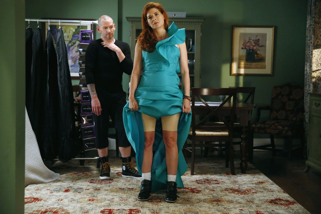 Um bei der Fashion Week zu glänzen, wird Laura (Debra Messing, r.) von Designer Tom Burke und seinen Leuten ausgestattet ... - Bildquelle: Warner Bros. Entertainment, Inc.